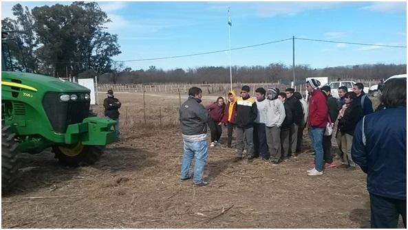 Alumnos en la explicación de técnicos de Plantium sobre el desempeño y calibración del piloto automático de para los tractores